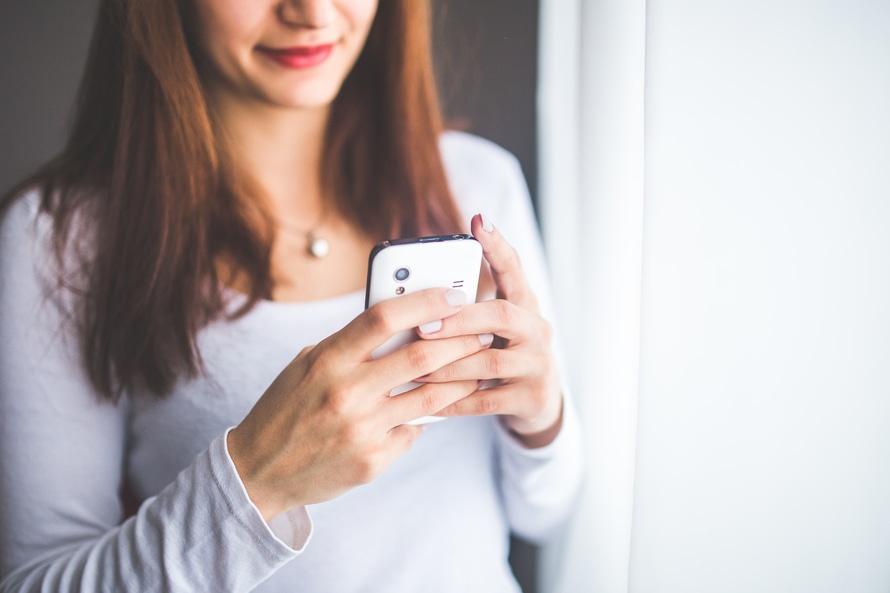 femme-smartphone-sms
